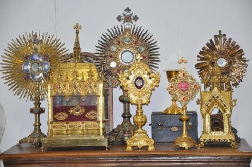 """Aprés les Autels, Saintes Tables, Confessionaux ,""""on"""" vend les Calices, Ciboires, Reliquaires  et Navette à encens."""