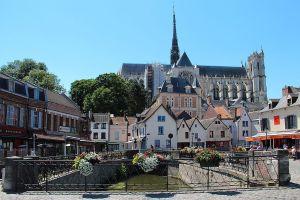 1024px-0_Amiens_-_Place_du_Don_-_Cathédrale_(1)