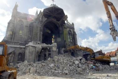Un jeune de La Bassée regarde le 13 mai 2003 les engins de travaux publics en train de démolir l'église de la commune, atteinte de la maladie du béton. Seul le clocher sera épargné et replacé au sommet de la nouvelle église qui sortira de terre en 2004.