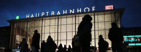 Reisende gehen am 05.01.2016 in Köln (Nordrhein-Westfalen) am Hauptbahnhof vorbei. Nach Übergriffen auf Frauen in der Silvesternacht rund um den Kölner Hauptbahnhof hat Oberbürgermeisterin Henriette Reker ein Krisentreffen angesetzt. Foto: Oliver Berg/dpa +++(c) dpa - Bildfunk+++