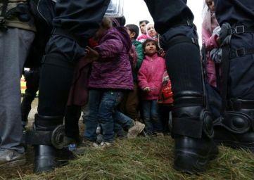 des-enfants-parmi-les-migrants-sont-encadres-par-des-policie_2467424