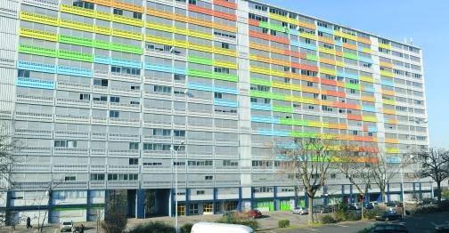 Classement en zone franche urbaine, lieu dit le Plateau. Barre HLM des 3000, construite dans les annees 1960, demolition prevue courant 2009, peinture arc en ciel, multicolore. construction