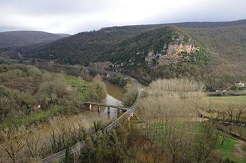 Vallée de l'Aveyron à hauteur de la grotte de Bruniquel vue depuis le village de Bruniquel, Tarn-et-Garonne. Cette grotte, découverte en février 1990, comporte des structures aménagées qui viennent d'être datées d'environ 176 500 ans. Cette découverte recule considérablement la date de fréquentation des grottes par l'Homme, la plus ancienne preuve formelle datant jusqu'ici de 38 000 ans (Chauvet). Elle place ainsi les constructions de Bruniquel parmi les premières de l'histoire de l'Humanité. UMR5199 DE LA PREHISTOIRE A L'ACTUEL : CULTURE, ENVIRONNEMENT ET ANTHROPOLOGIE 20160048_0008