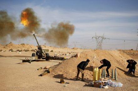 4643789_6_58d9_des-combattants-libyens-bombardent-des_849cd27f02b3304b9896484c2d610857