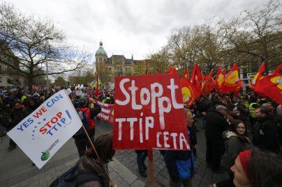 4940169_7_af8b_des-manifestants-protestent-contre-le-ceta-et_e66cd9f2ead35c4f584c6b35d77c67eb