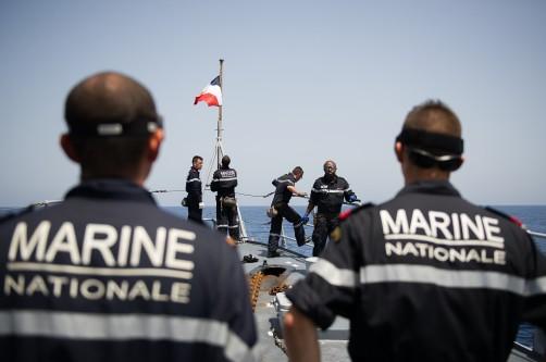 Après la mise à l'eau de l'ancre, l'équipe des manoeuvriers du Patrouilleur de Haute Mer Commandant Ducuing hisse le pavillon plage-avant au large de Malte. Lundi 25 mai 2015, le Patrouilleur de Haute Mer Commandant Ducuing a réalisé un exercice de recueil de migrants au large de La Valette.