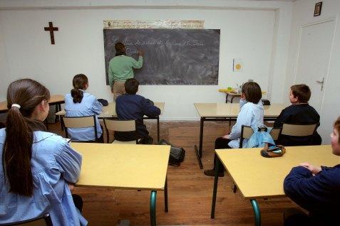 """Un professeur dispense des cours ‡ des ÈlËves de sixiËme du collËge catholique Jean Bosco ‡ Rambouillet le 20 dÈcembre 2007. Le collËge privÈ affichait complet, le public leur semblait """"une usine ‡ ÈlËves"""": pour assurer ‡ leurs enfants """"une formation morale, spirituelle et scolaire exigeante"""", cinq couples ont choisi de crÈer leur propre collËge ‡ Rambouillet (Yvelines). AFP PHOTO PIERRE VERDY / AFP / PIERRE VERDY"""