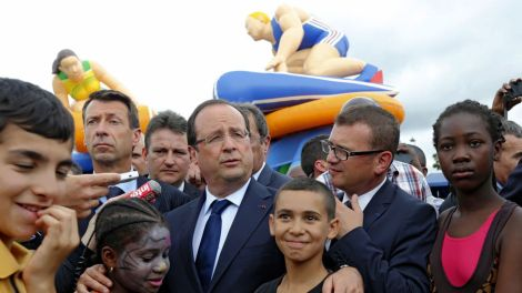 french-president-francois-hollande-poses-with-children-and-residents-as-he-visits-clichy-sand-during-a-trip-focused-on-urban-policy-in-clichy-sous-bois_2527211