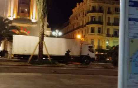 2048x1536-fit_nice-alpes-maritimes-14-juillet-2016-police-approche-chauffeur-camion-fonce-foule-reunie-promenade-anglais