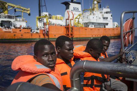 4964420_6_1627_des-migrants-secourus-par-l-equipage-de_f9ef6fdc713c940e122ff14ef6ebb527