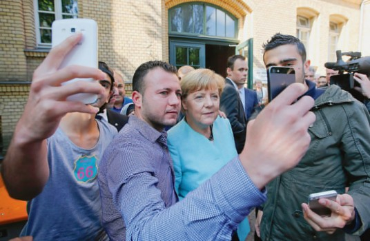 La-chanceliere-compagnie-refugies-irakiens-syriens-accueillis-Berlin_0_1400_915