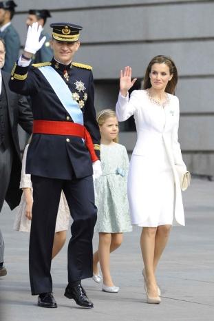 le-roi-felipe-vi-la-reine-letizia-d-espagne-et-leurs-filles-arrivent-au-parlement-pour-la-ceremonie-d-investiture-a-madrid-le-19-juin-2014_exact1024x768_p