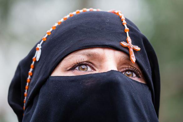 5006726_6_4e9b_une-femme-portant-un-foulard-sur-le-visage-et_dd0357e0eec235e283785e8eb36c05df