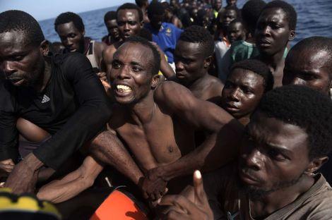 5009848_6_6383_des-migrants-attendent-d-etre-secourus-par_d84ec135415350e189c175e2e1c8231a
