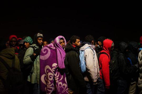 5019377_6_e4b1_des-migrants-lors-de-l-evacuation-de-la_0fb6c9c3148776787bf10420a8d9de7a