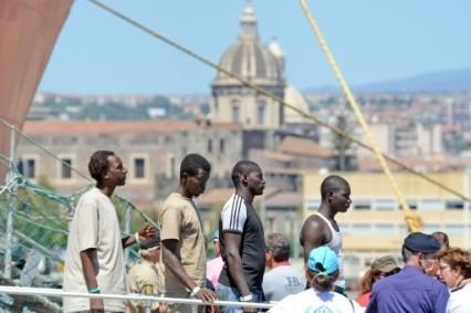 des-migrants-debarquent-catane-sicile-17-aout-dernier_1_730_341