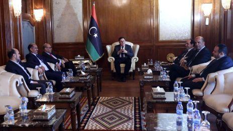 le-premier-ministre-designe-du-gouvernement-libyen-d-union-nationale-gna-fayez-al-sarraj-c-et-son-gouvernement-le-11-juillet-2016-a-tripoli_5635917