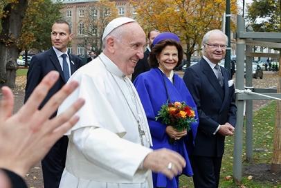 LUND 20161031 Påve Franciskus, drottning Silvia och kung Carl Gustaf går från Kungshuset till Lunds domkyrka. Foto: Drago Prvulovic / TT kod 70040