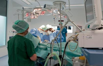 Bloc opératoire numéro 5 , mastectomie du sein par le Professeur Ponties avec ses internes. L'hôpital d'Instruction des Armées BEGIN a été inauguré en 1970.Il est situé à Saint Mandé ( 94 ). C'est un hôpital à vocation chirurgicale recevant de très nombreux rapatriements sanitaires en provenance des théatres d'operations extérieures (291 au cours de l'année 2011). L'établissement comporte plusieurs services médicaux référents au sein du service du Service de Santé des Armées. L'HIA BEGIN est le seul hôpital militaire à disposer d'un pôle mère-enfant avec un service de maternité-pédiatrie et un service de gynécologie. L'hôpital met ainsi à la disposition des citoyens, qu'ils soient civils ou militaires, ses capacités et ses compétences dans le domaine des soins hospitaliers participent de fait au Service Public Hospitalier(SPH).