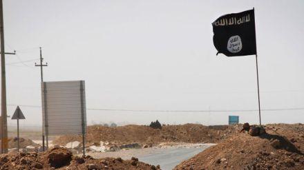 le-drapeau-de-l-etat-islamique-de-l-autre-cote-d-un-pont-a-rashad-sur-la-route-entre-kirkouk-et-tikrit-en-irak-le-11-septembre-2014_5053960