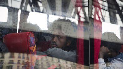 des-migrants-africains-a-bord-d-un-bus-apres-leur-evacuation-d-un-campement-le-2-juin-2015-a-la-chapelle-a-paris_5349663
