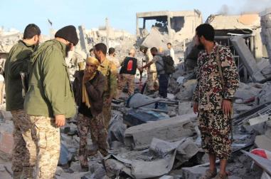 Fighters of Libyan forces allied with the U.N.-backed government gather atop the ruins of a house as they are close to securing last Islamic State holdouts in Sirte, Libya December 5, 2016. Picture taken December 5, 2016. REUTERS/Ayman Sahely EDITORIAL USE ONLY. NO RESALES. NO ARCHIVE. - RTSUU52