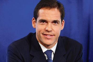 Le Prince Louis de Bourbon, duc d'Anjou, pose ici dans le studio de télévision du Figaro à l'issue d'une interview.