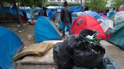 des-migrants-installes-le-4-juin-2016-dans-les-jardins-d-eole-a-paris_5610213